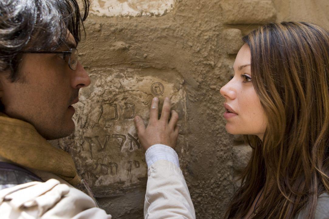 Als Johanna (Cosma Shiva Hagen, r.) und Simon (Olivier Sitruk, l.) auf das Grab der Seherin Nora stoßen, ahnen sie, dass die Lösung nicht mehr fern... - Bildquelle: Olaf R. Benold ProSieben