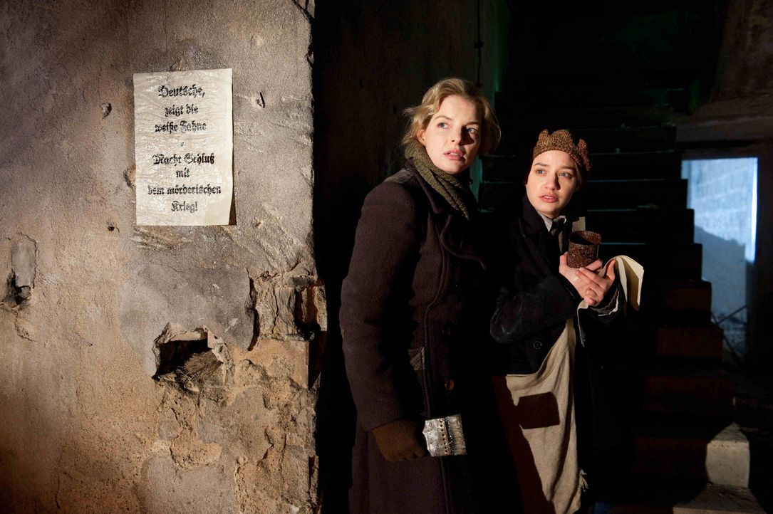 Als Ellen (Yvonne Catterfeld, l.) und ihre Freundin Gertrud (Jytte-Merle Böhrnsen, r.) eine ihrer abendlichen, illegalen Plakatierungsaktionen nachg... - Bildquelle: Nicolas Maack SAT.1
