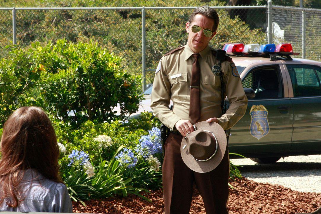 Dylan (Lyndsy Fonseca, l.) macht Bekanntschaft mit einem Polizisten (Gary Cole, r.), doch was will er von ihr? - Bildquelle: ABC Studios