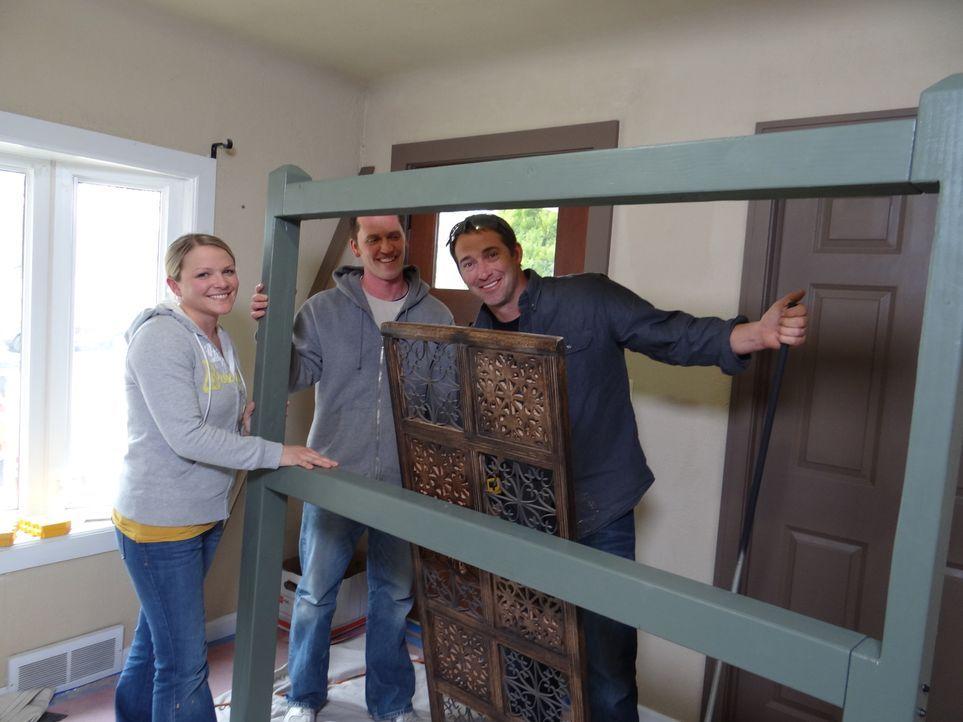 Wer Josh Temples (r.) Hilfe annimmt, erhält innerhalb von 3 Tagen einen komplett neu gestalteten Raum. Nathalie (l.) und ihr Mann (M.) lassen sich ü... - Bildquelle: 2012, DIY Network/Scripps Networks, LLC.  All Rights Reserved