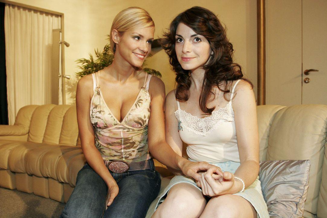 Sabrina (Nina-Friederike Gnädig, l.) stellt fest, dass sich ihre Freundin Mariella (Bianca Hein, r.) Hals über Kopf in Lars van der Lohe verliebt... - Bildquelle: Sat.1