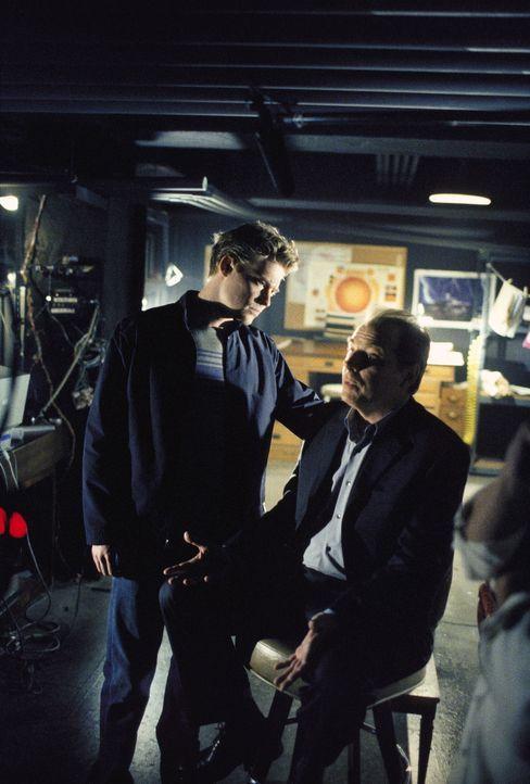 """Jimmy (Stephen Snedden, l.), der Hackerfreund der drei """"Einsamen Schützen"""", glaubt Morris Fletcher (Michael McKean) kein Wort, als der behauptet, Ji... - Bildquelle: TM +   Twentieth Century Fox Film Corporation. All Rights Reserved."""