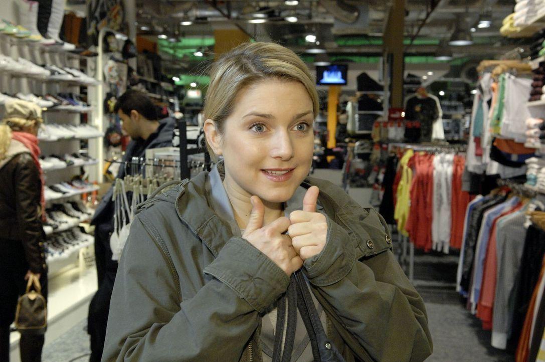 Anna (Jeanette Biedermann)  wird von Jonas zu einer Konfrontationtherapie in einem überfüllten Einkaufzentrum überredet, damit sie ihre Schüchternhe... - Bildquelle: Claudius Pflug Sat.1