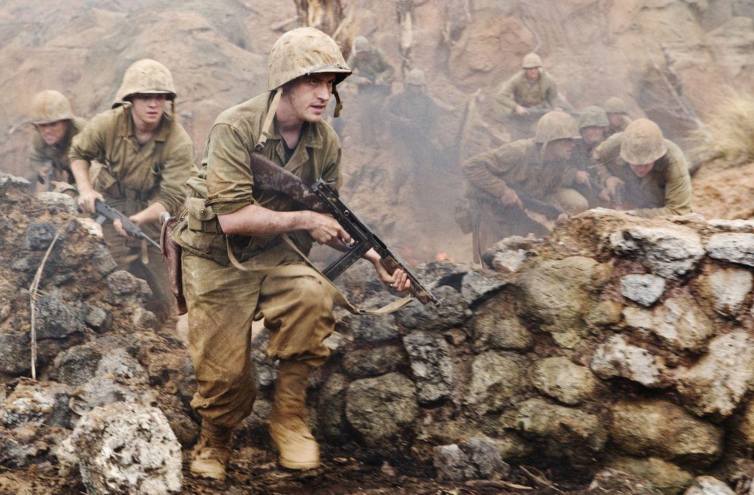 Eugene Sledge (Joe Mazzello, r.), Burgin (Martin McCann, l.) und die 1st Marine Division landen auf Okinawa, wo die Japaner mit koordinierten Selbst... - Bildquelle: Home Box Office Inc. All Rights Reserved.