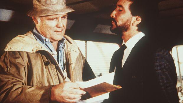 Als der Drogenboss Donald Jordan (John Vernon, l.) beschließt, heimlich in di...