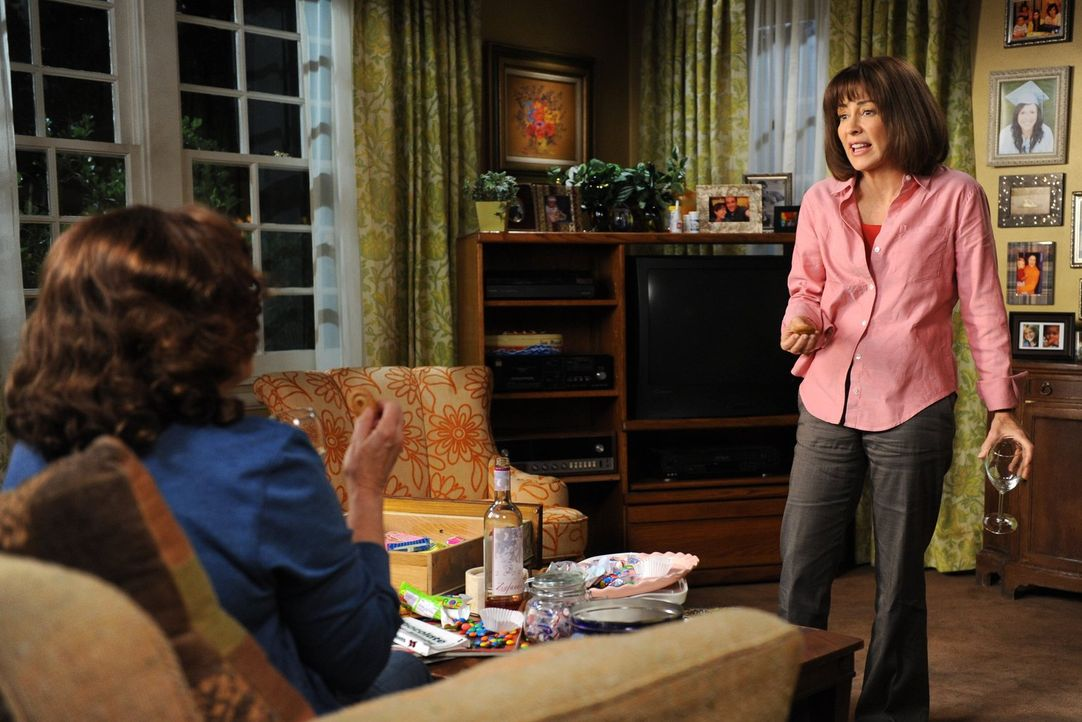 Während sich Mike und die Kinder fragen, wie sie die wütende Frankie (Patricia Heaton, r.) wieder zurückgewinnen können, klagt diese ihrer Mutter Pa... - Bildquelle: Warner Brothers