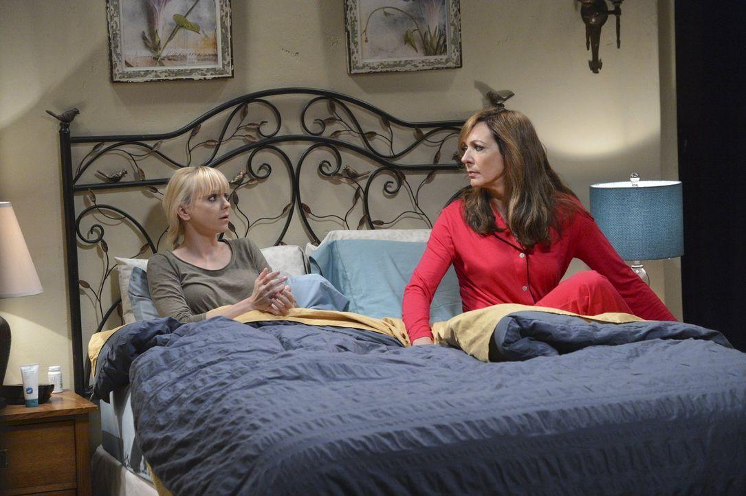 Christy (Anna Faris, l.) ärgert sich über den vielen Stress, den sie als Restaurantmanagerin hat und versucht sich bei Bonnie (Allison Janney, r.) a... - Bildquelle: Warner Bros. Television