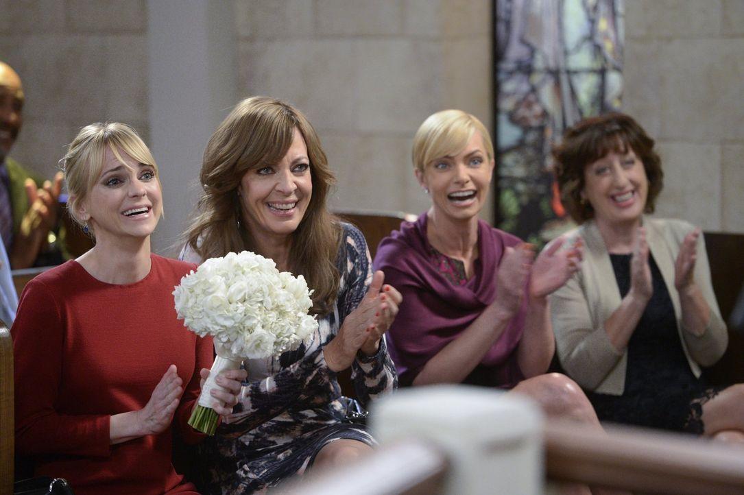 Christy (Anna Faris, l.), Bonnie (Allison Janney, 2.v.l.), Jill (Jaime Pressly, 3.v.l.) und Wendy (Beth Hall, 4.v.l.) geben ihr Bestes, damit die Ho... - Bildquelle: 2015 Warner Bros. Entertainment, Inc.