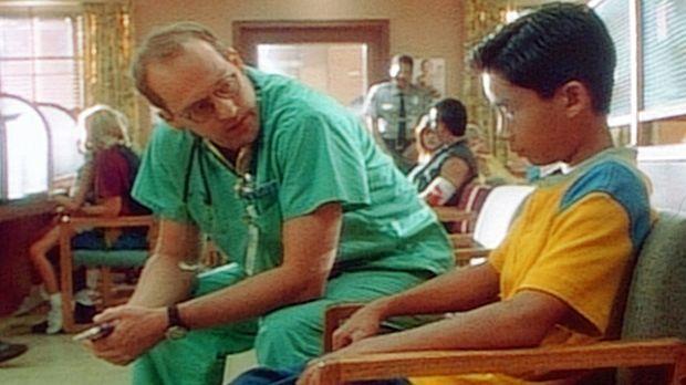 Dr. Greene (Anthony Edwards, l.) spricht dem kleinen Frank Mut zu, die Wahrhe...