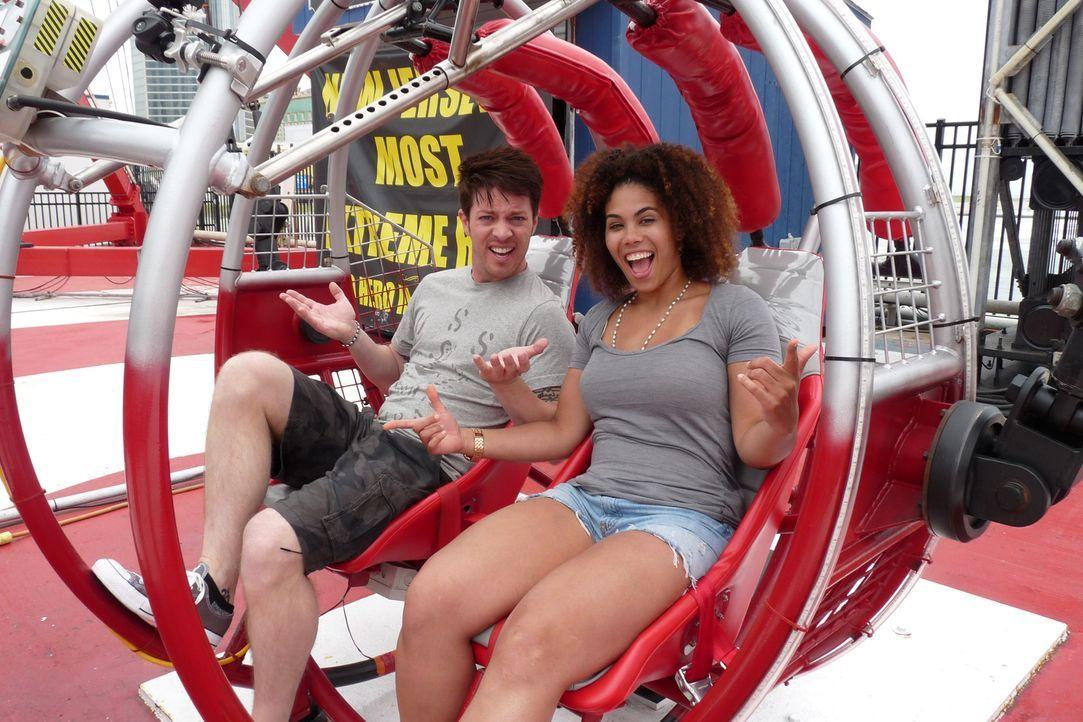Gemeinsam mit Achterbahn-Fan M.K. (r.) testet J.D. Scott (l.) die Highlights im Steel Pier Freizeitpark in Atlantic City, New Jersey ... - Bildquelle: 2014, GAC/Scripps Networks, LLC. All Rights Reserved.