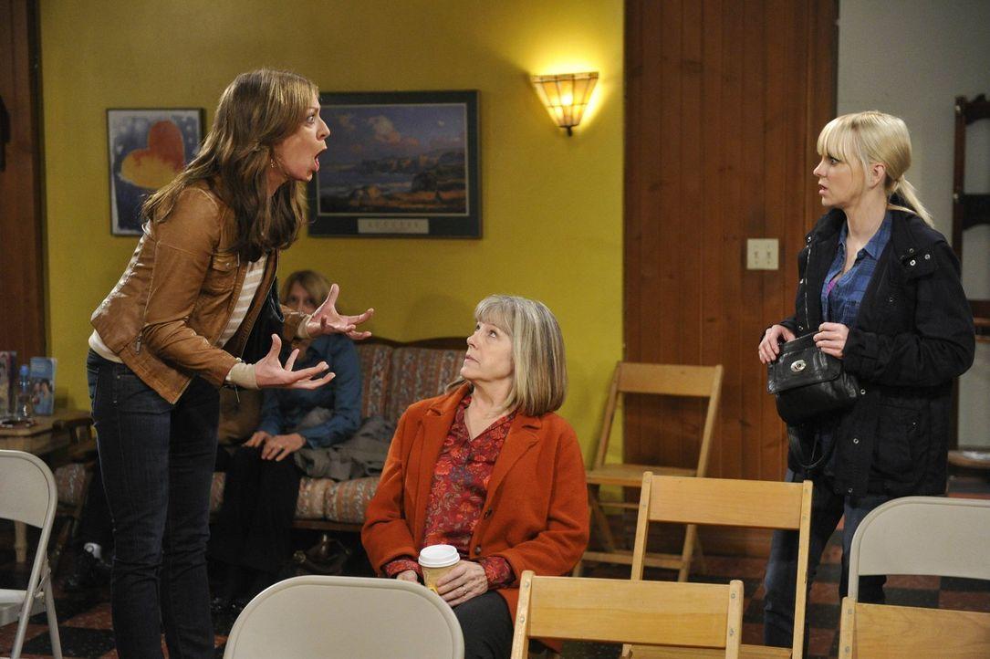 Bevor Bonnie (Allison Janney, l.) auch Marjorie (Mimi Kennedy, M.) in den Wahnsinn treibt, versucht Christy (Anna Faris, r.) zu intervenieren ... - Bildquelle: Warner Bros. Television