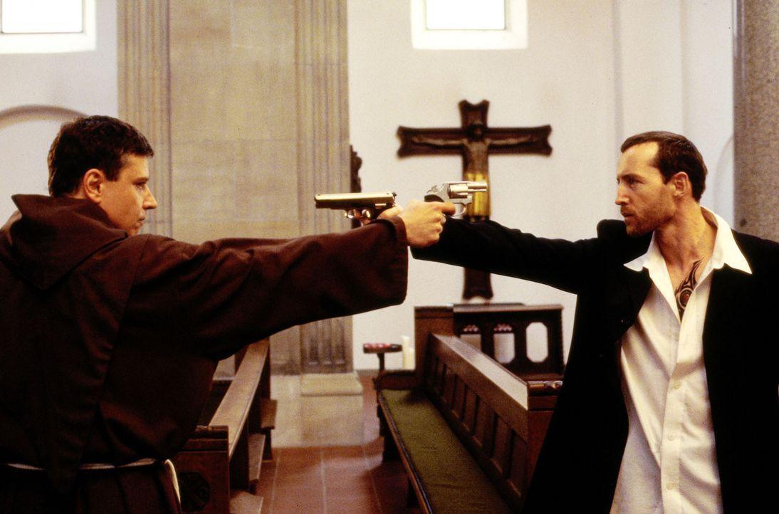 Taube (Christian M. Goebel, l.) und Tronnier (Andreas Hofer, r.) beim Showdown in der Kirche. - Bildquelle: Thomas Böhme Sat.1