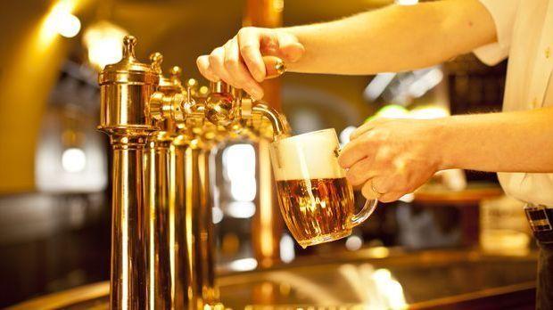Bier zapfen mit einer goldenen Bierzapfanlage