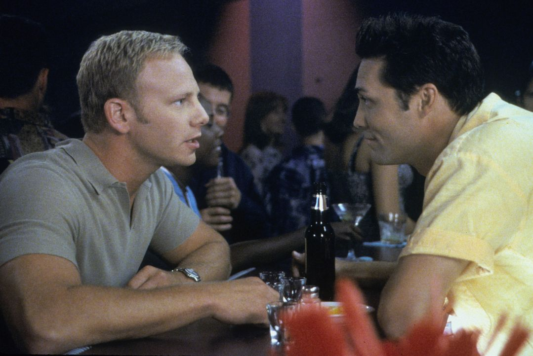 Als Steve (Ian Ziering, l.) erfährt, dass seine Affäre mit Janet Folgen hat, sucht er Rat bei Noah (Vincent Young, r.) ... - Bildquelle: Paramount Pictures