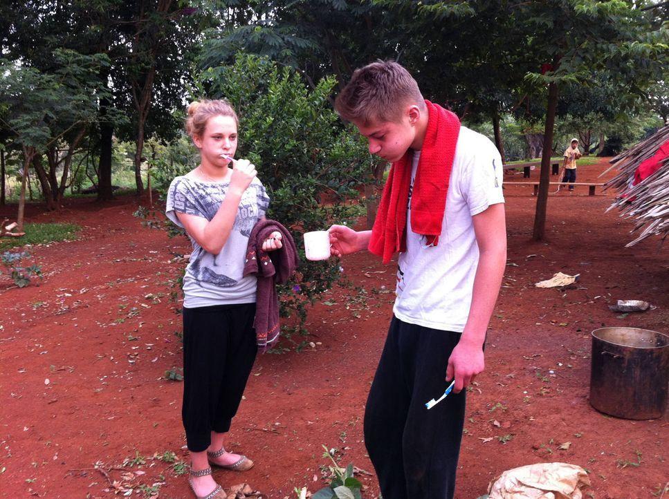 Die 16-jährige Sina (l.) und der 15-jährige Pascale (r.) werden von ihren Eltern in ein kleines Dorf im tiefsten Regenwald geschickt. Fließendes Was... - Bildquelle: kabel eins