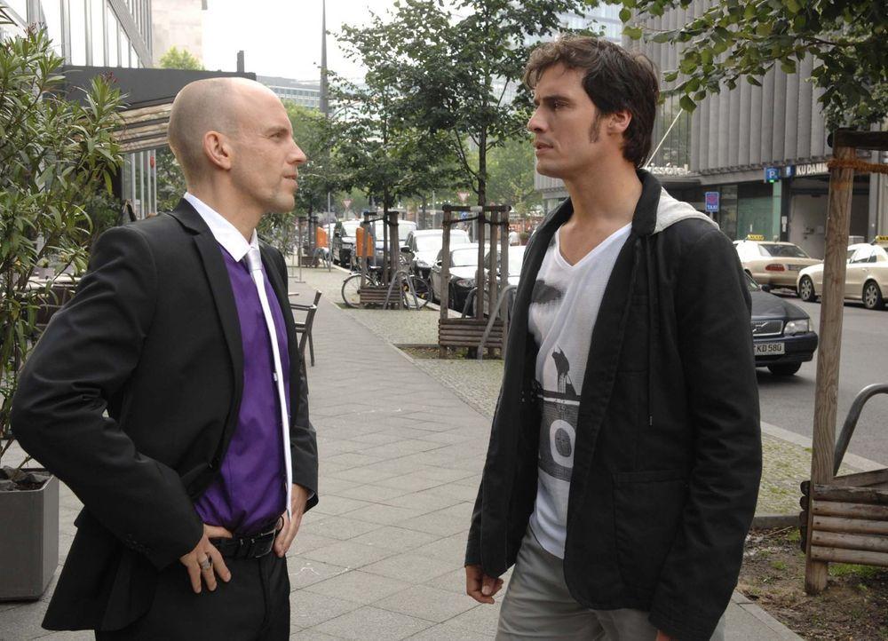 Alexander (Paul T. Grasshoff, r.) konfrontiert Gerrit (Lars Löllmann, l.) mit der Wahrheit. - Bildquelle: Sat.1