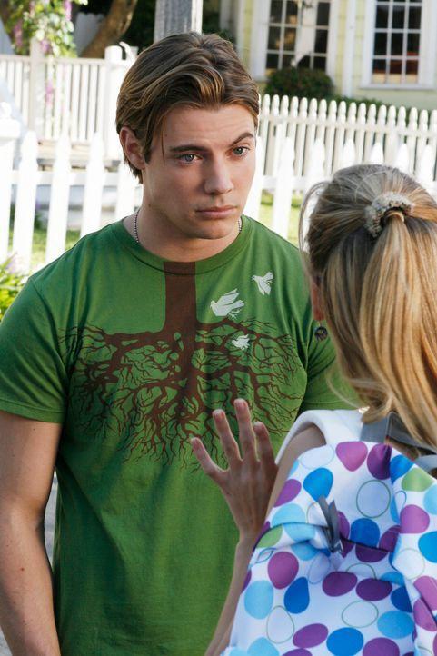 Austin (Josh Henderson, l.) bittet Julie (Andrea Bowen, r.), ihm bei einem Aufsatz zu helfen. Geschickt bringt er sie dazu, dass sie ihm die Arbeit... - Bildquelle: 2005 Touchstone Television  All Rights Reserved