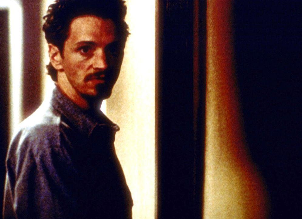 Der junge Schriftsteller Phillip Padgett (John Hawkes), Mulders neuer Nachbar, ist schon bald der Hauptverdächtige in einer Mordserie. - Bildquelle: TM +   2000 Twentieth Century Fox Film Corporation. All Rights Reserved.