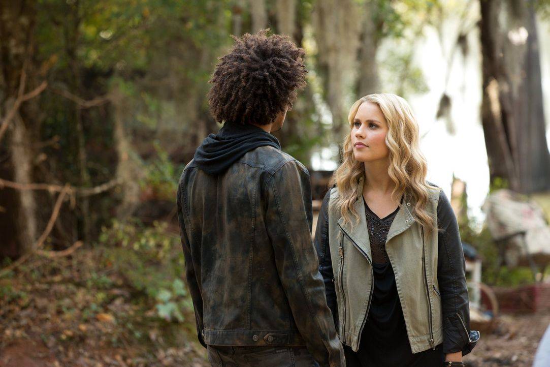 Auf wessen Seite stehen Diego (Eka Darville, l.) und Rebekah (Claire Holt, r.) wirklich? - Bildquelle: Warner Bros. Television