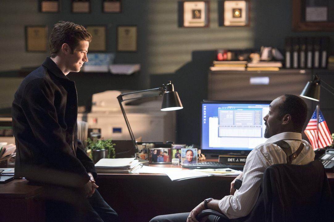 Joe (Jesse L. Martin, r.) ahnt, dass etwas mit Dr. Wells nicht stimmt. Er und Eddie fangen hinter dem Rücken von Barry (Grant Gustin, l.) an, gegen... - Bildquelle: Warner Brothers.