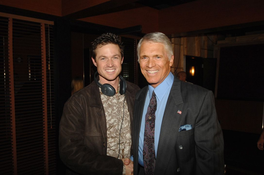 Eric Close (l.) und Chad Everett (r.) bei den Dreharbeiten. - Bildquelle: Warner Bros. Entertainment Inc.
