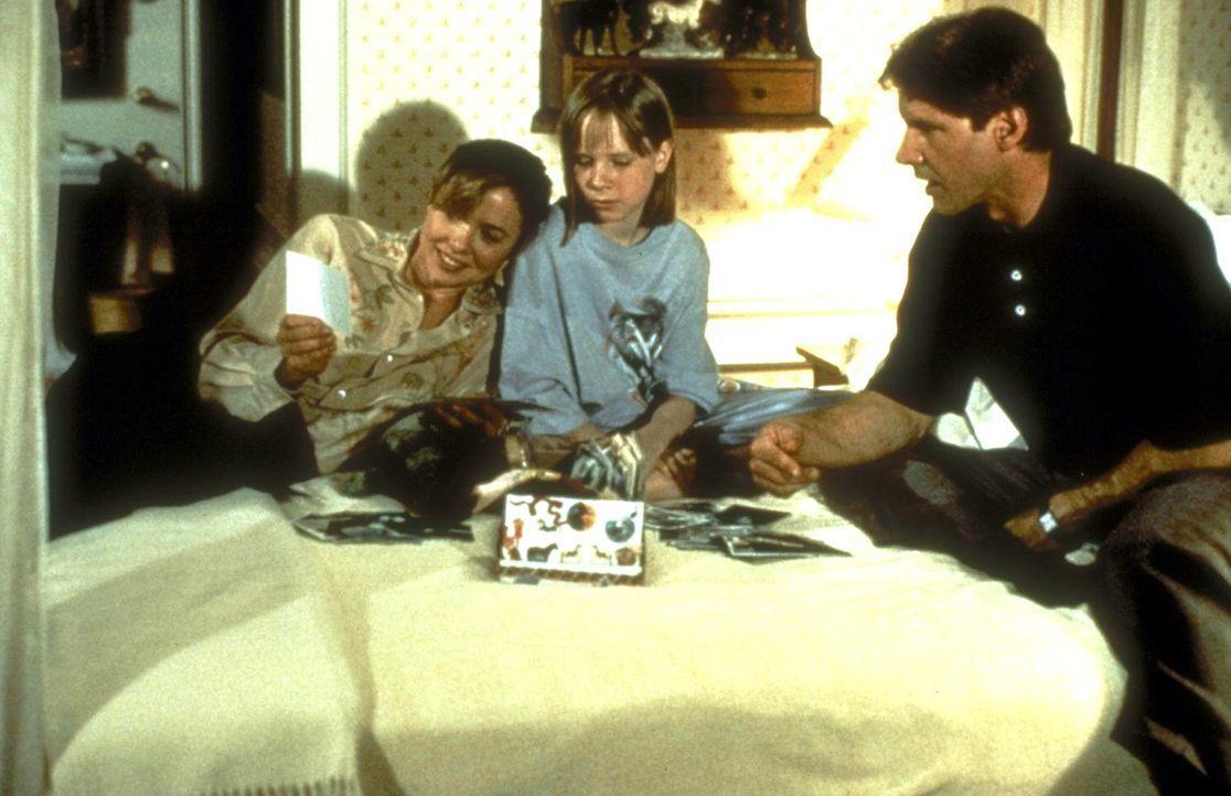 Verschüttete Familienerinnerungen: Sarah (Annette Bening, l.) und Rachel (Mikki Allen, M.) wollen Henrys (Harrison Ford, r.) Gedächtnis mit Hilfe de... - Bildquelle: United International Pictures