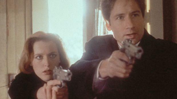 Scully (Gillian Anderson, l.) und Mulder (David Duchovny, r.) verhaften den E...