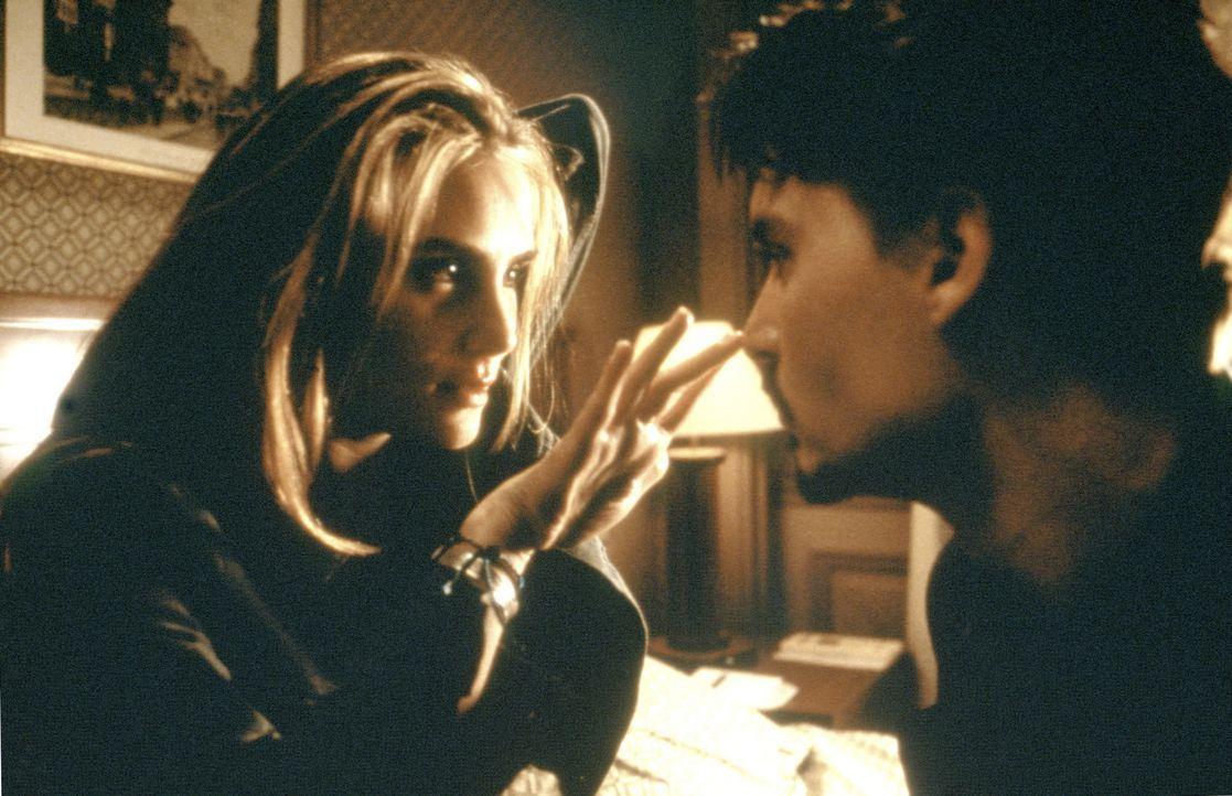 """Dean Corso (Johnny Depp, r.) lässt sich auf ein gefährliches Spiel ein: Er muss für seinen Auftraggeber die beiden anderen Exemplare der """"Neun Pf... - Bildquelle: 20th Century Fox of Germany"""