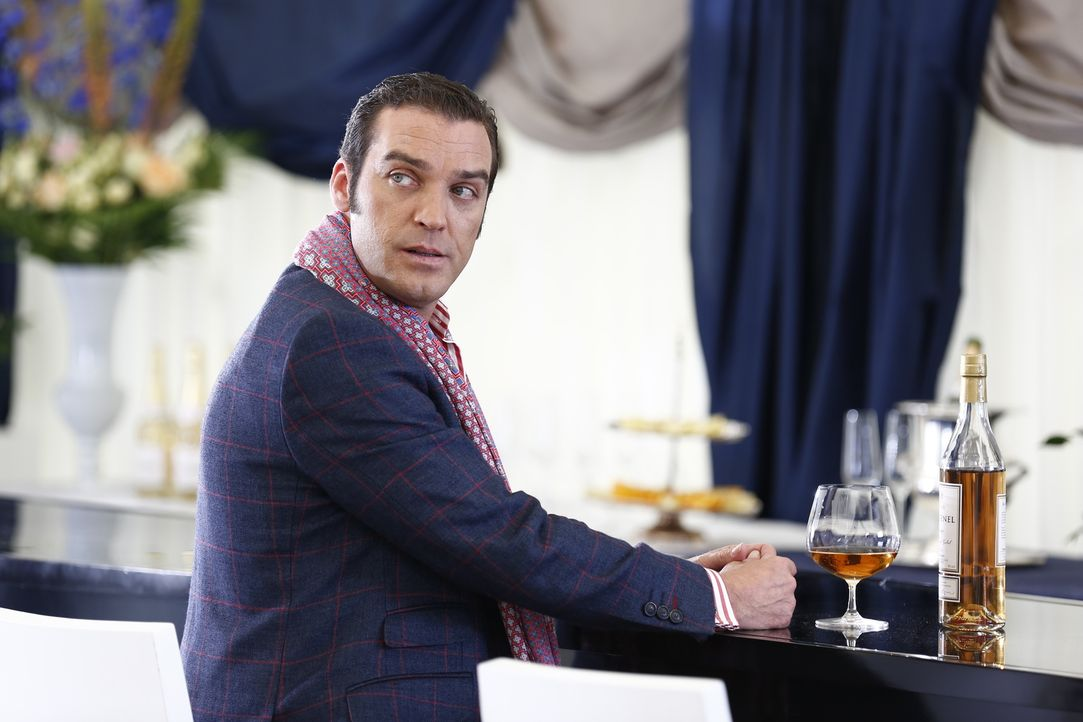 Königin Helena macht gemeinsame Sache mit Cyrus (Jake Maskall), um gegen König Simon zu arbeiten, während Prinzessin Eleanor von Jasper erpresst wir... - Bildquelle: Tim Whitby 2014 E! Entertainment Media LLC/Lions Gate Television Inc.