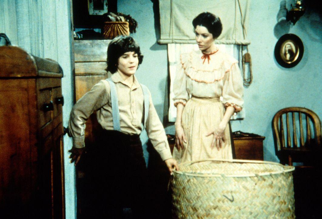 Miss Elliott (Ellen Regan, r.) bereitet Albert (Matthew Laborteaux, l.) eine Enttäuschung. - Bildquelle: Worldvision