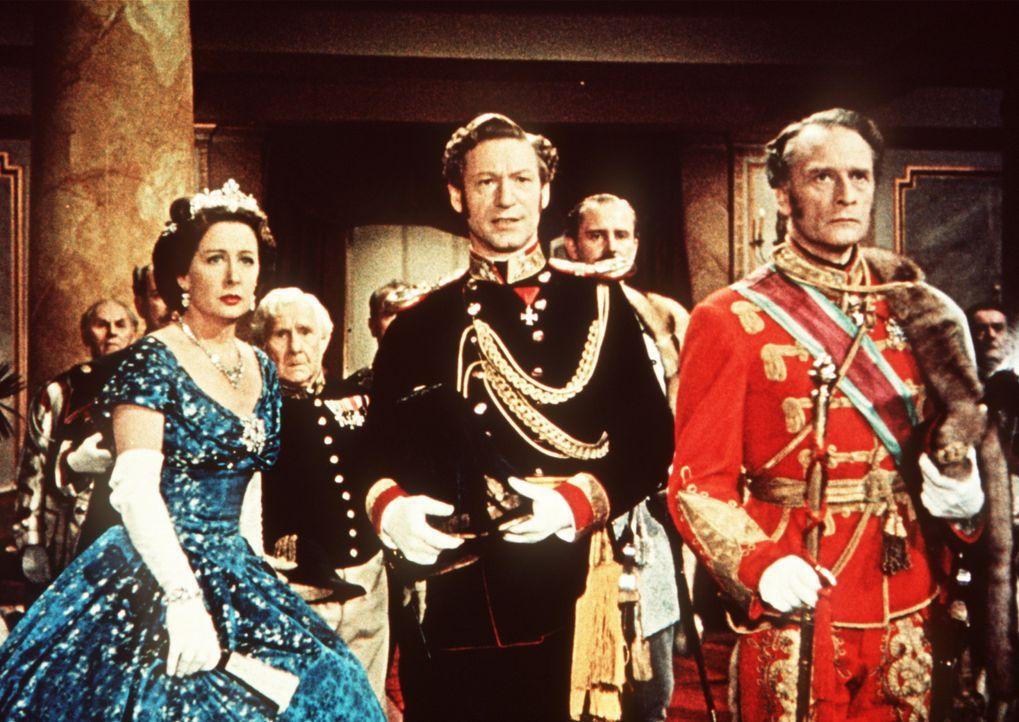Die Kaiserin-Mutter (Vilma Degischer, l.) und Oberst Böckl (Josef Meinrad, M.) beobachten Sissis Krönung mit gemischten Gefühlen ... - Bildquelle: Herzog-Filmverleih
