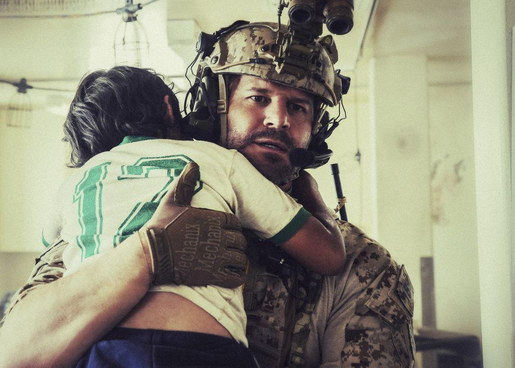 Als sich syrische Soldaten der Einrichtung nähern, entscheidet Jason (David Boreanaz) zurück zu bleiben, um das Leben der Geiseln zu retten ... - Bildquelle: Erik Voake Erik Voake/CBS   2017 CBS Broadcasting, Inc. All Rights Reserved.