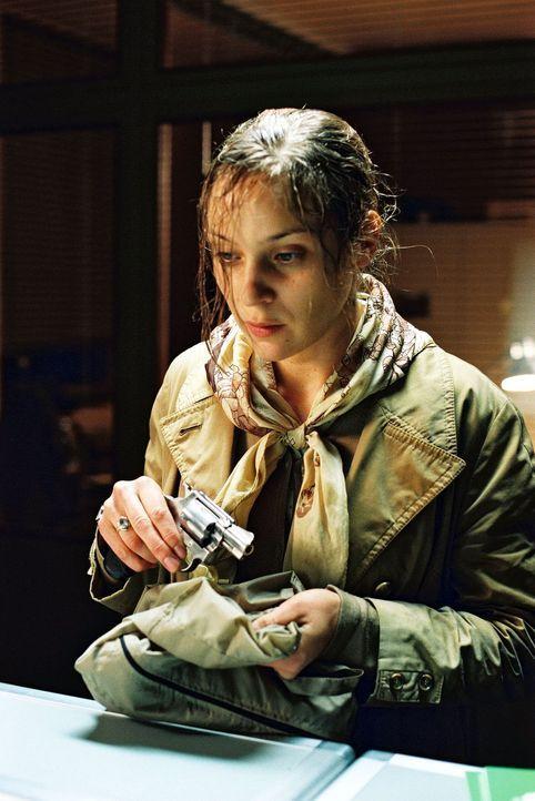 Frau Sandmann (Jeanette Hain) behauptet, vor Jahren den Arzt Dr. Alfons Sutter erschossen zu haben. - Bildquelle: Thomas Kost Sat.1
