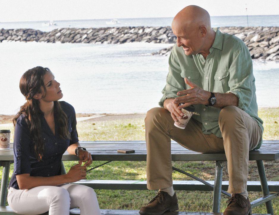 Da Joe (Terry O'Quinn, r.) bei Kensi (Daniela Ruah, l.) noch etwas gut hat, bittet er sie um Hilfe ... - Bildquelle: TM &   CBS Studios Inc. All Rights Reserved.