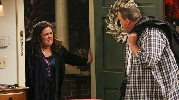 Molly (Melissa McCarthy, l.) besteht darauf, dass Mike (Billy Gardell, r.) en...