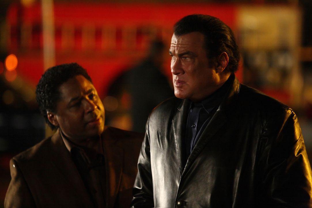 Gemeinsam mit Detective Storm (Chris Thomas King, l.) macht sich Jacob (Steven Seagal, r.) daran, den zwei psychopathischen Serienkillern das Handwe... - Bildquelle: Nu Image