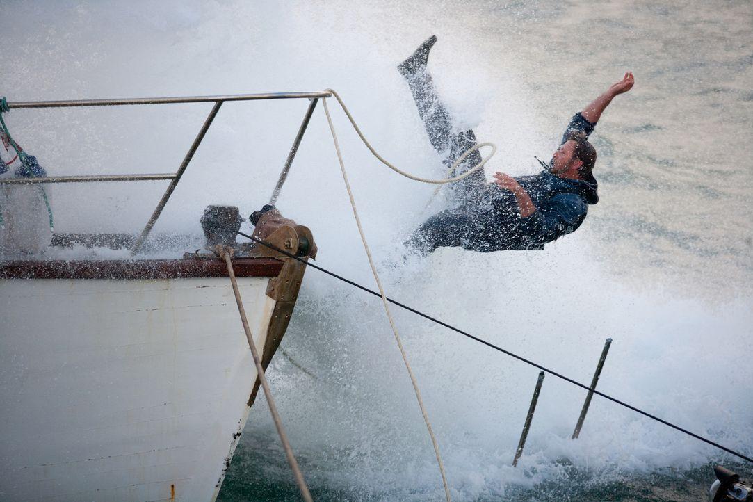 Ausgerechnet im gefährlichen Gewässer geht Tommy (Mark Elderkin) über Bord ... - Bildquelle: Magnet Media Group USA; MMP Dark Tide UK; Film Afrika Worldwide (Pty) Limited South Africa