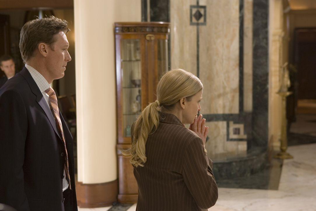 Während Brenda (Kyra Sedgwick, r.) und ihr Team in einem neuen Fall ermitteln, scheinen es einige ihrer Vorgesetzten auf sie abgesehen zu haben ... - Bildquelle: Warner Brothers
