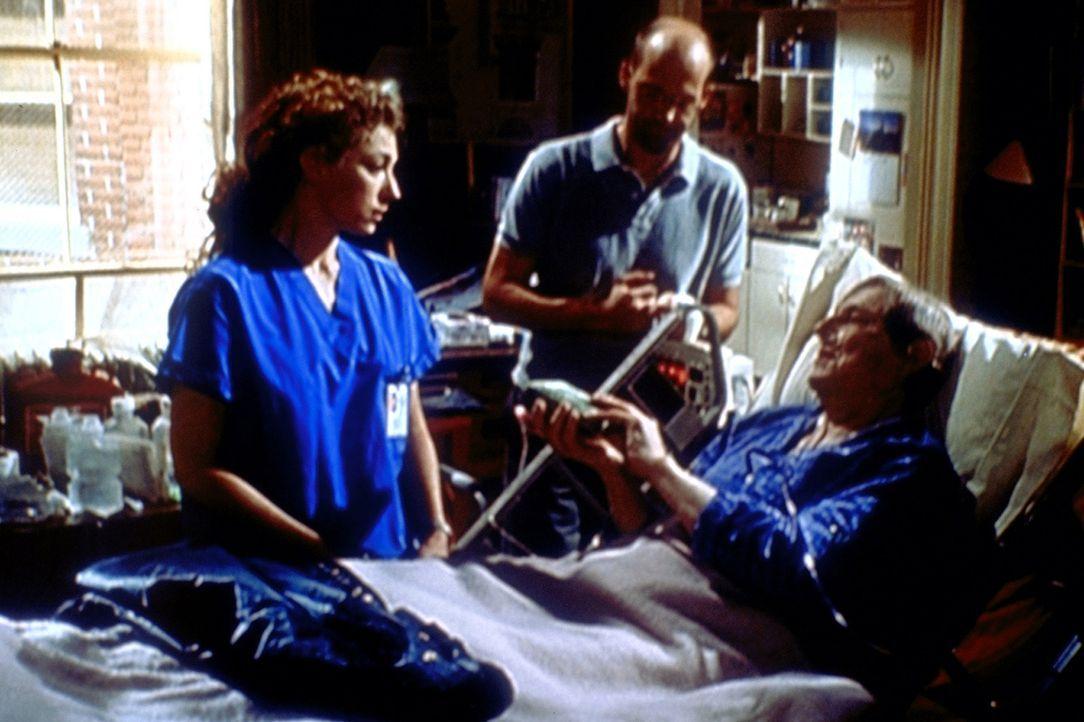 Greene (Anthony Edwards, M.) ist gerührt, als sein Vater David (John Cullum, r.) auf dem Sterbebett Corday (Alex Kingston, l.) ein letztes Geschenk... - Bildquelle: TM+  2000 WARNER BROS.