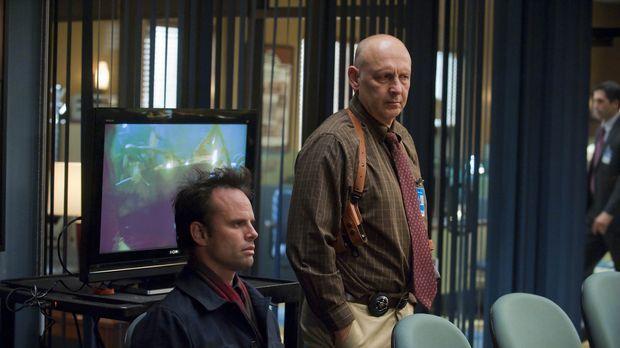 Chief Deputy Art Mullen (Nick Searcy, r.) und seine Kollegen verhören Boyd Cr...