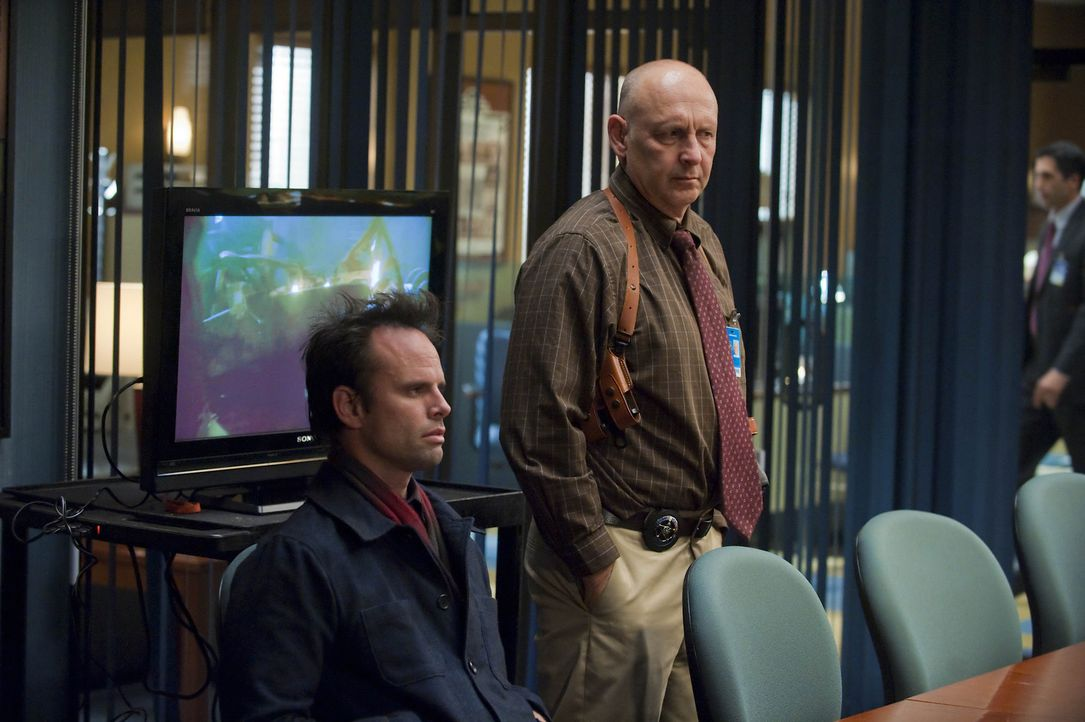 Chief Deputy Art Mullen (Nick Searcy, r.) und seine Kollegen verhören Boyd Crowder (Walton Goggins, l.), der mal wieder in ein Verbrechen verwickel... - Bildquelle: 2011 Sony Pictures Television Inc. and Bluebush Productions, LLC. All Rights Reserved.