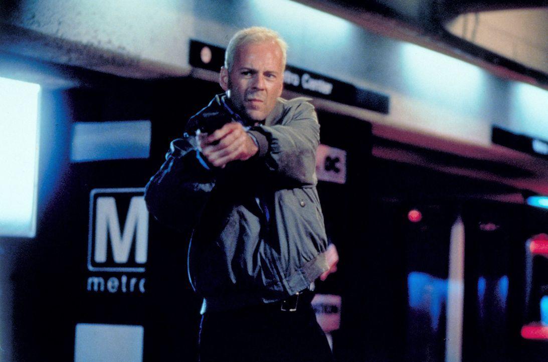 Der Schakal (Bruce Willis) ist auf der Flucht vor dem einzigen Menschen, der ihm gefährlich werden könnte, der einzige Mensch, der je sein Gesicht...