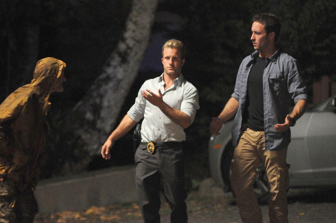 Bei den Ermittlungen in einem Mordfall auf einem alten hawaiianischen Friedhof, stoßen Danny (Scott Caan, M.) und Steve (Alex O'Loughlin, r.) auf ei... - Bildquelle: TM &   CBS Studios Inc. All Rights Reserved.