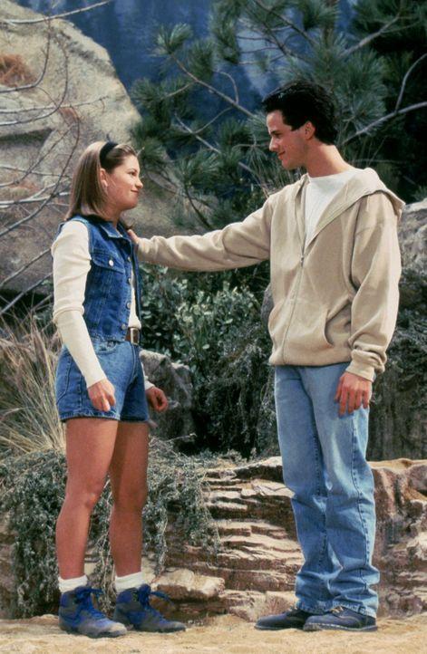 An einem wunderschönen Aussichtspunkt in den Bergen führt D.J. (Candace Cameron, l.) mit Steve (Scott Weinger, r.) ein zukunftsentscheidendes Gesprä... - Bildquelle: Warner Brothers Inc.