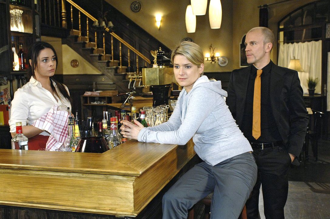 Anna lässt sich von Gerrit einladen. v.l.n.r.: Paloma (Maja Maneiro), Anna (Jeanette Biedermann), Gerrit (Lars Löllmann) - Bildquelle: Oliver Ziebe Sat.1
