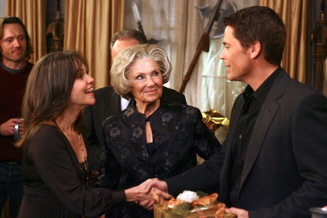 Senator McCallisters (Rob Lowe, r.) taucht auf der Überraschungsfeier auf und trotz ihrer Abneigung gegen Republikaner ist Nora (Sally Field, l.) s... - Bildquelle: Disney - ABC International Television