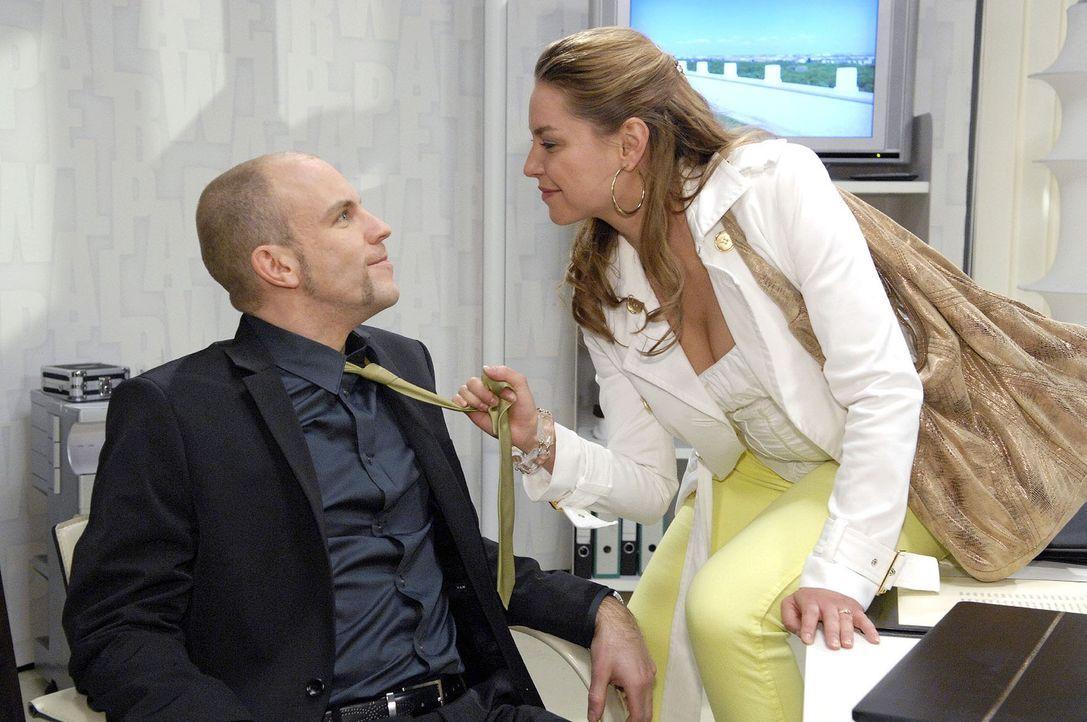 Als Katja (Karolina Lodyga, r.) von Gerrit (Lars Löllmann, l.) in seinem Büro erwischt wird, versucht sie sich geschickt aus der Affäre zu ziehen ..... - Bildquelle: Claudius Pflug Sat.1