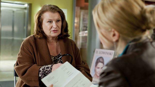 Ulla Bode (Traute Hoess, l.) hat ein Problem und sucht deshalb Hilfe bei Dann...