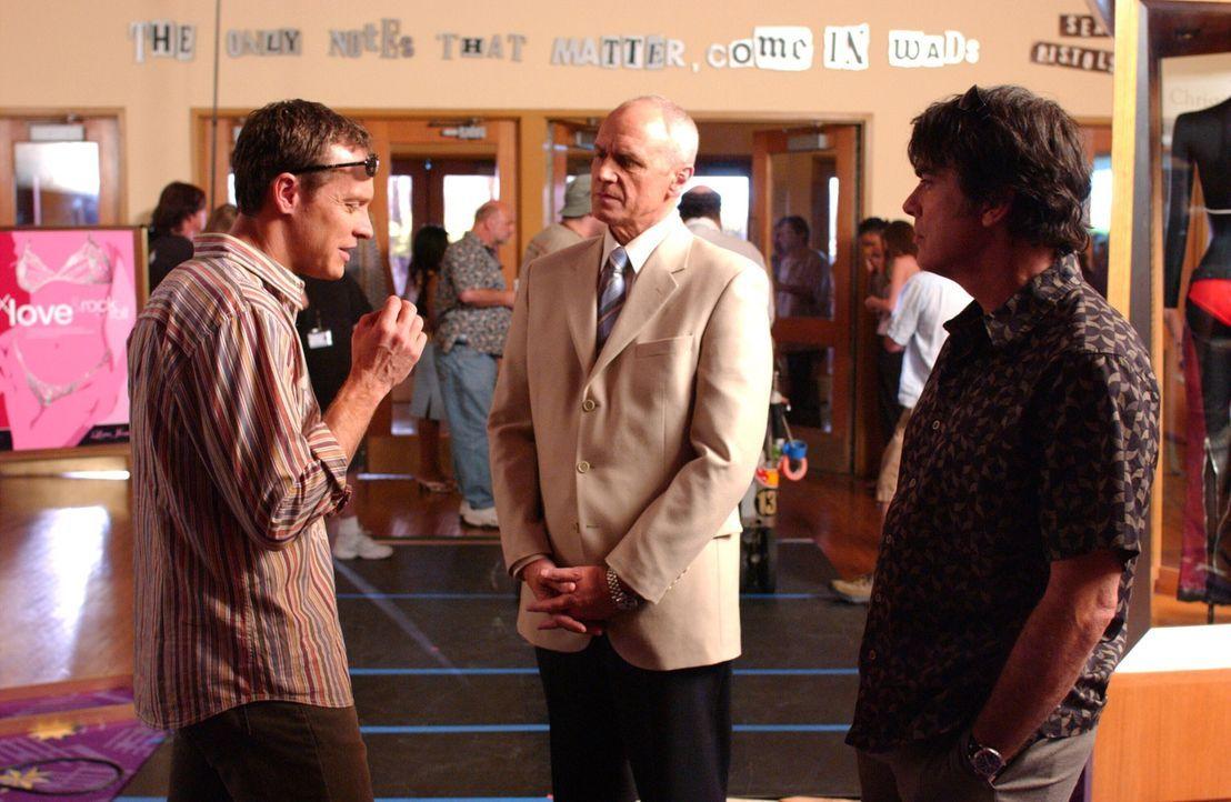 Sandy (Peter Gallagher, r.) und Jimmy (Tate Donovan, l.) haben inzwischen von den krummen Machenschaften Calebs (Alan Dale, M.) erfahren. Daraufhin,... - Bildquelle: Warner Bros. Television