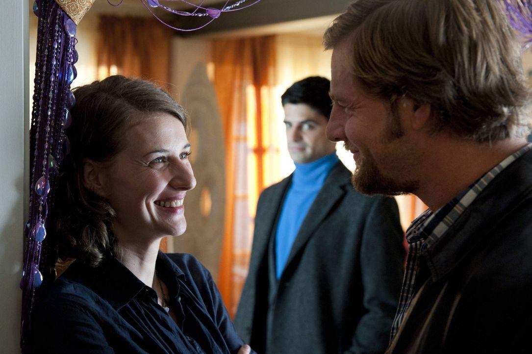 Während die Assistentin der ermordeten Hellseherin, Tamara Rüttgen (Marie Rönnebeck, l.), Mick (Henning Baum, r.) eine starke Zukunft voraussagt,... - Bildquelle: SAT.1